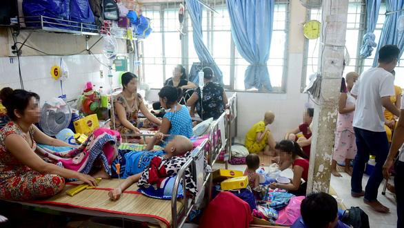 Trong một phòng bệnh viện ung thư. Ảnh Tuổi Trẻ