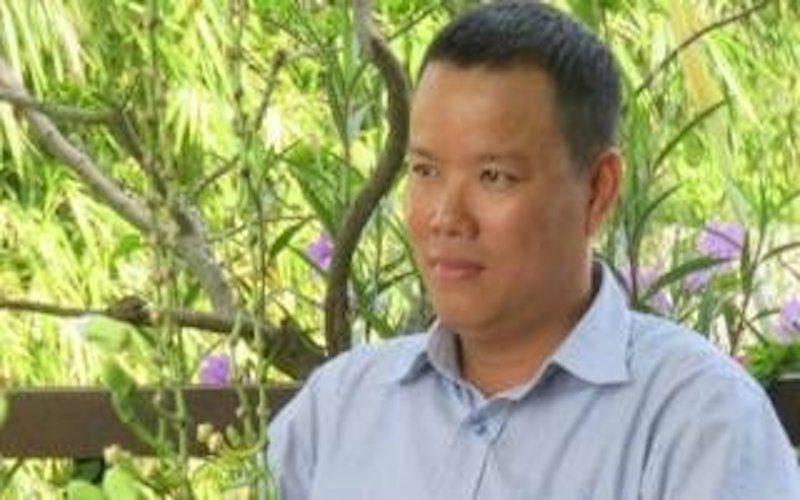 Ký giả Lê Anh Hùng căng biểu ngữ tố cáo Hoàng Trung Hải là gián điệp Tàu. Ảnh chụp trước khi Lê Anh Hùng bị bắt.